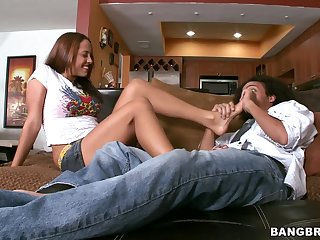 Having Fun with A Gorgeous Babe's Yummy Feet Footjob