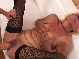 Kinky mature slut getting a fist up her snatch